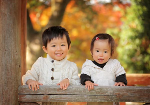 秋の紅葉ロケ撮影兄妹写真
