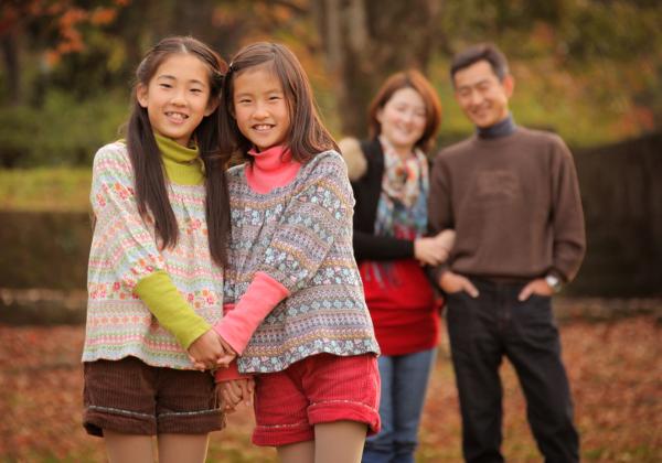 秋の紅葉ロケ撮影家族の写真